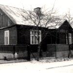 Czarno-białe zdjęcie przedstawia budynek jednopiętrowy położony przy ul. Chojenieckiej